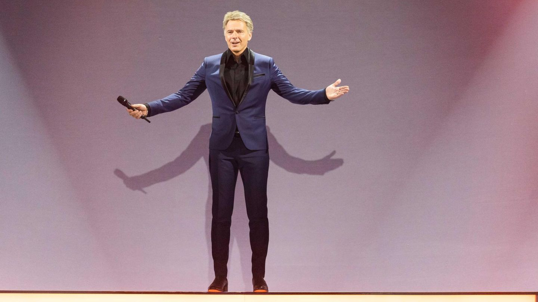 """2. Januar 2021  Jörg Pilawa liebt seinen Job - wenn nur die Klamotten nicht wären  Moderator Jörg Pilawa liebt seinen Job sehr, hat aber trotzdem eine Sache, die ihn jedes Mal wieder stört: Sakkos. """"Das, was ich an meinem Job am allerschlimmsten finde, sind Klamotten. Ich trage am liebsten T-Shirt und Jeans. Und wenn ich für die Sendungen in Hemd und Sakko schlüpfe, ist das für mich auch nach 30 Jahren noch immer wie eine Verkleidung. Ich würde in der Freizeit nie ein Sakko oder ein Hemd tragen"""", sagte der 55-Jährige der Deutschen Presse-Agentur in Hamburg. """"Es hat was mit Verkleiden zu tun und das mache ich nicht gern. Ich bin Norddeutscher und keine Karnevalist."""""""