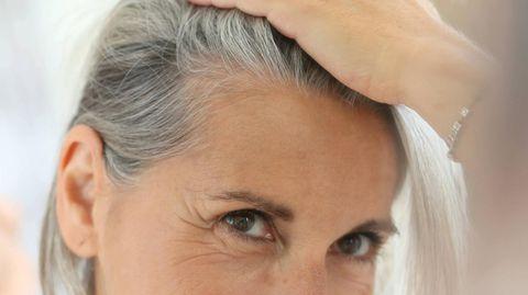 Die Entwicklung von grauen Haaren liegt vor allem in den Genen und am Alter. Aber auch Stress spielt eine Rolle.