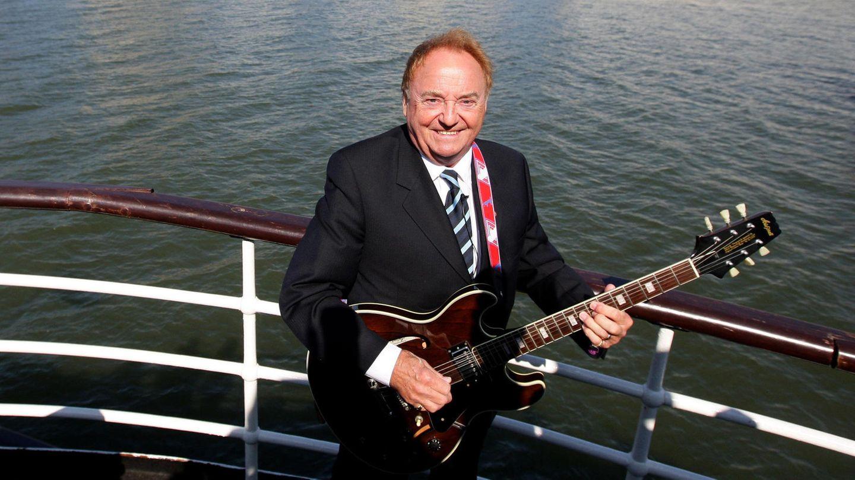 Gerry Marsden mit Gitarre auf der Mersey-Fähre