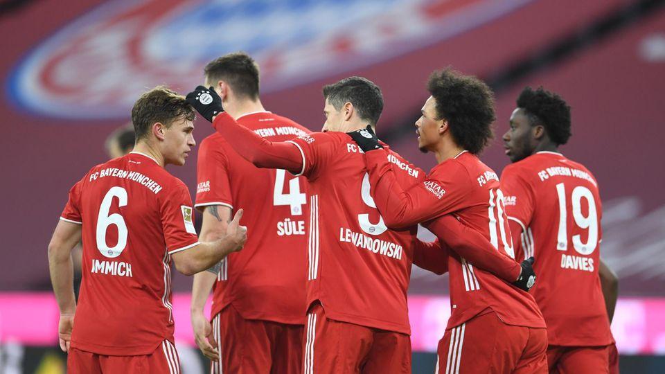 Fünf Spieler des FC Bayern München liegen sich nach einem Tor in den Armen