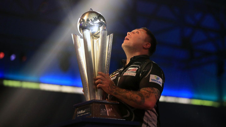Er hat es geschafft: Der neue Darts-Weltmeister Gerwyn Price aus Wales reckt stolz seine Trophäe in die Höhe.