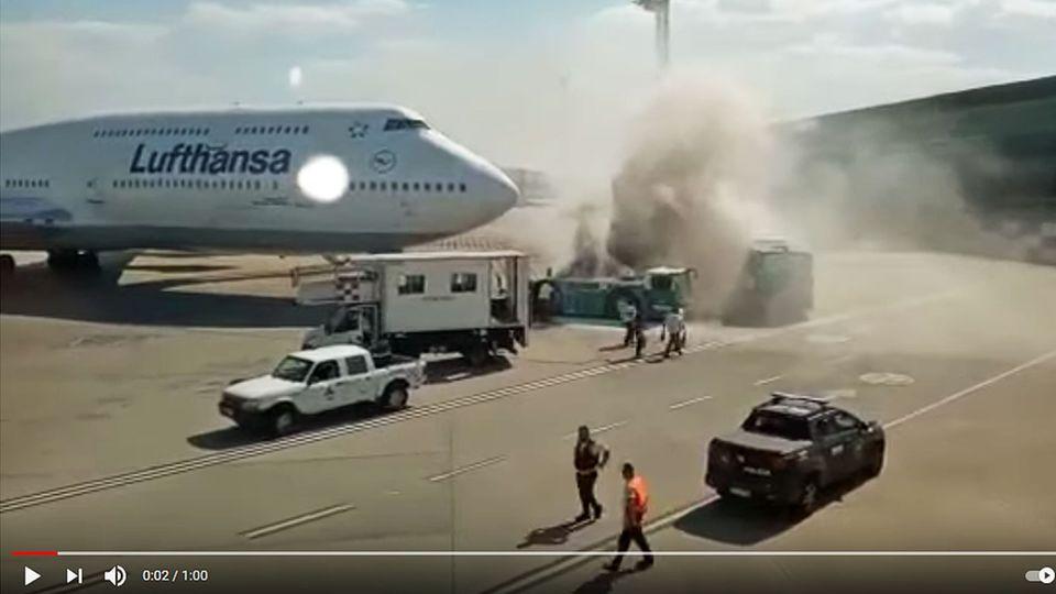 Die Boeing 747-8 der Lufthansa mit der KennungD-ABYP auf dem Flughafen von Buenos Aires