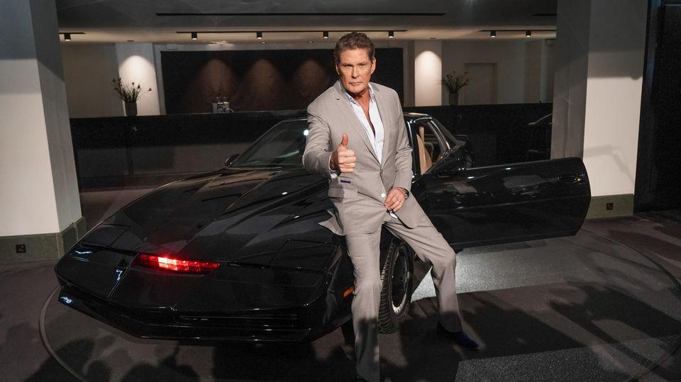"""David Hasselhoff posiert mit dem Sportwagen """"Kit"""" aus der Serie """"Knight Rider"""""""