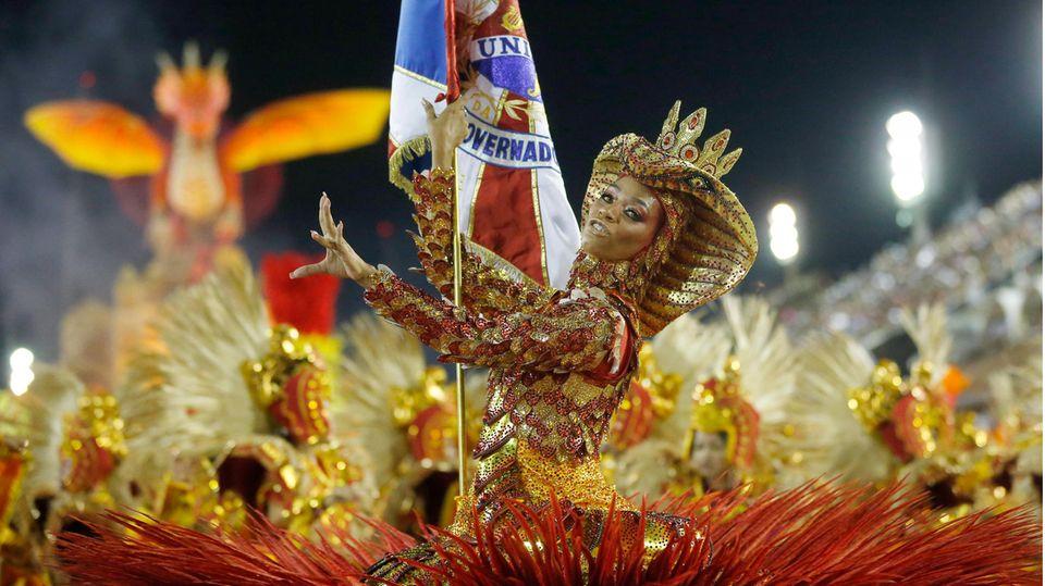 Eine Tänzerin aus der Sambaschule Uniao da Ilha Porta Dandara Ventapane