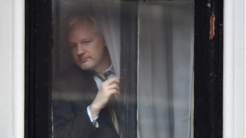 WikiLeaks-Gründer Julian Assange steht an einem Fenster der ecuadorianischen Botschaft.