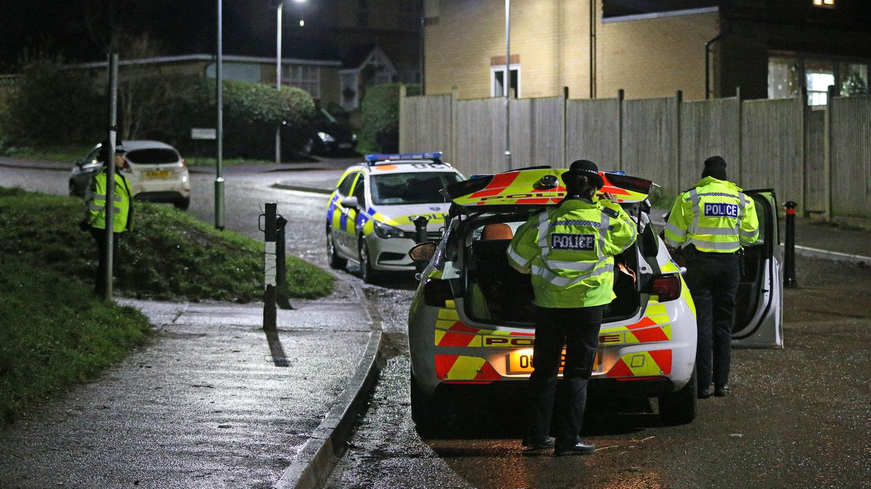 Polizistensperren den Tatort in der englischen StadtReading ab
