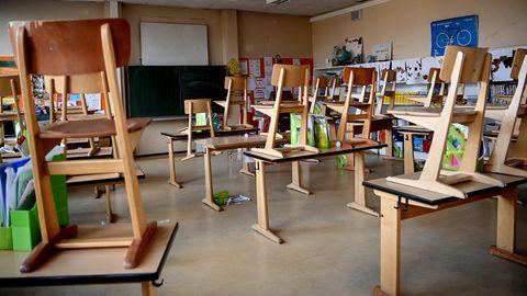 Schüler vor einer Schule