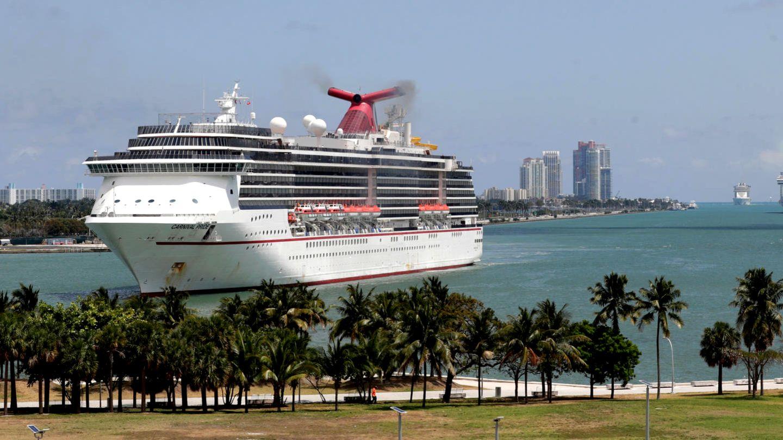 """Das 292 Meter lange Kreuzfahrtschiff """"Carnival Pride"""" läuft in den Hafen von Miami, Florida, ein"""