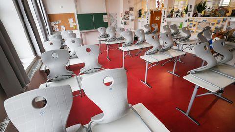 Hoch gestellt sind die Stühle in einem leeren Klassenzimmer