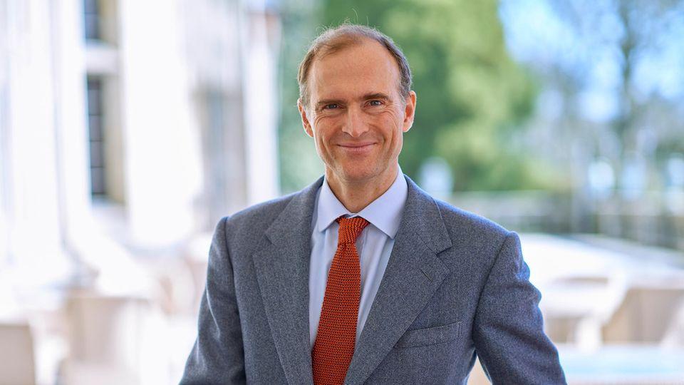 Der Betriebswirt Heinrich Donatus von Hessen leitet die Hessische Hausstiftung. Das Unternehmen schließt das Grandhotel Hessischer Hof in Frankfurt.