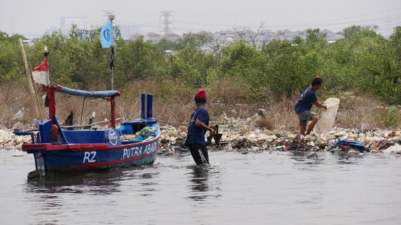 Menschen sammeln Müll in einem indonesischen Gewässer