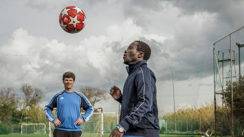 Der Trainer und sein größtes Talent: Evangelos Spanos (l.)und Paul Asema Yongo beim Training. Asema, sagt Spanos, könne es nach ganz oben schaffen