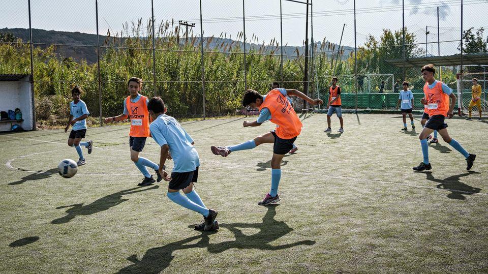 Trainingsspiel der Flüchtlinge auf Spanos' Platz