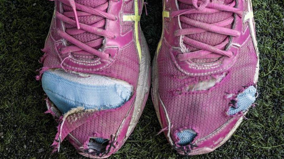 Viele Flüchtlinge kommen mit zerrissenen Schuhen zum Training