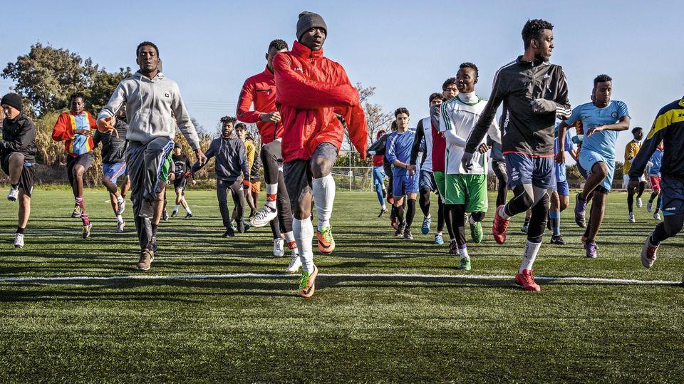 Links: Vor dem Lockdown hilft Asema (in der roten Jacke) als Assistenztrainer aus. Viele Flüchtlinge kommen mit zerrissenen Schuhen zum Training