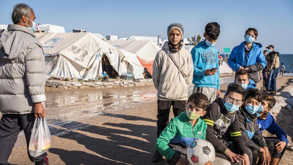 Einige der Kicker im neuen Flüchtlingslager von Lesbos, Kara Tepe. Die Bedingungen sind so schlimm wie einst in Moria