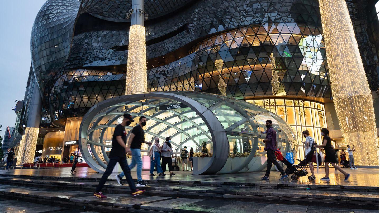 Menschen vor einem Einkaufszentrum in Singapur