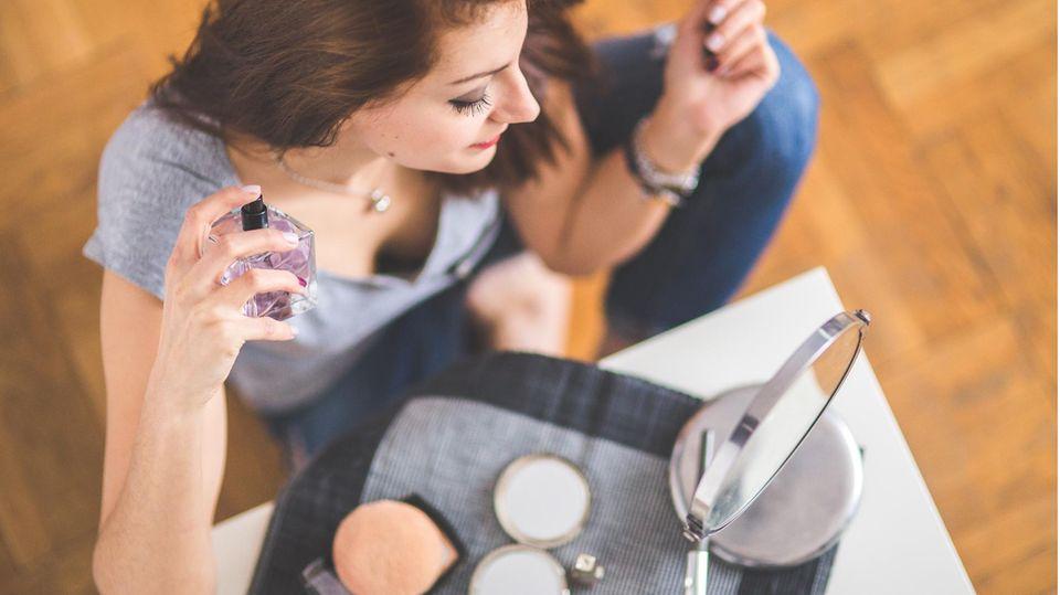 Eine Frau neben einem Tisch mit Make-up