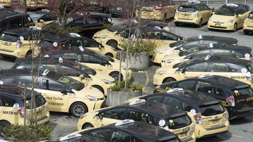 Dutzende Taxis stehen auf einem Parkplatz in Kanada