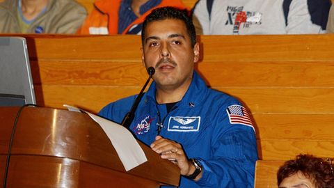 Der Astronaut José Hernandez bei einem Vortrag an einer mexikanischen Universität