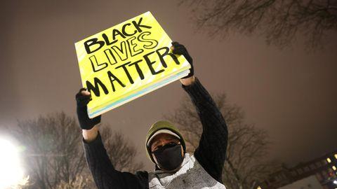 """Ein """"Black Lives Matter""""-Demonstrant in Kenosha, USA"""