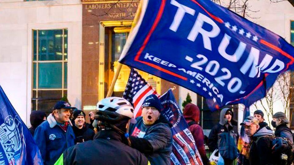Trump-Supporter brüllt Polizeibeamten bei Protesten in Washington, D.C. an.