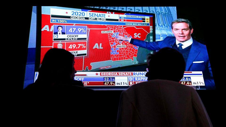 Warten auf die Wahlergebnisse: TV-Zuschauerim Grand Hyatt Hotel in Atlanta, Georgia