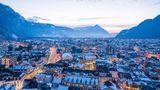 Tagesausflug Interlaken  Interlaken liegt zwischen Thunersee und Brienzersee und ist ein traditioneller Urlaubsort in der Schweiz. Kein Wunder, denn Interlaken lockt mit Schweizer Traditionen und typischer Architektur. Die Aare, die durch den Ort fließt, wird von alten Holzhäusern und Parks gesäumt. Und über allem thront das Panorama der Berner Alpen. Rund 5600 Einwohner wohnen in dem kleinen Städtchen. Allerdings wird der kleine Ort als eines der Tourismuszentren von zahlreichen Touristen bevölkert. Von Interlaken kann man zu Bootstouren auf dem Thunersee oder Brienzersee aufbrechen.
