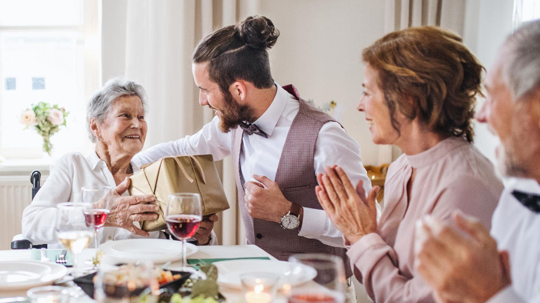 Geschenke für Oma: Ob zu Weihnachten oder zum Geburtstag — kennen Sie schon diese Geschenkideen?