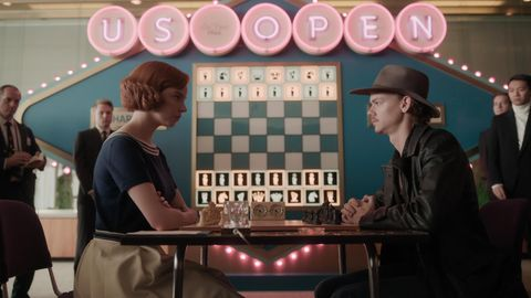 """Anya Taylor-Joy (als Beth Harmon) und Thomas Brodie-Sangster (als Benny) in einer Szene aus """"Das Damengambit"""""""