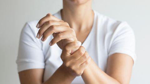 Frau mit schmerzendem Handgelenk