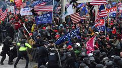 Trump-Anhänger stoßen mit Polizei und Sicherheitskräften zusammen,als sie über die Barrikaden stürmen, um das US-Kapitol einzunehmen