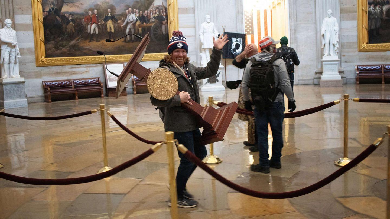 Im Kapitol herrscht zeitweise völlige Willkür. Hier schleppt ein Trump-Anhängerdas Rednerpult der Sprecherin des Hauses, Nancy Pelosi, durch das Gebäude.