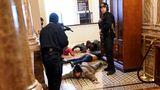 Die US-Kapitol-Polizei hält Demonstranten mit vorgehaltener Waffe in der Nähe der Repräsentantenhaus-Kammer innerhalb des US-Kapitols fest. Erst nach mehreren Stunden brachten Sicherheitskräfte die Lage am Parlamentssitz wieder unter ihre Kontrolle. Kurz darauf nahm der Kongress seine Arbeit wieder auf.