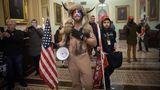 Trump-Anhänger postieren sich vor der Senatskammer. Die beiden Kongresskammern mussten ihre Sitzungen unterbrechen, Parlamentssäle wurden geräumt, Abgeordnete in Sicherheit gebracht.