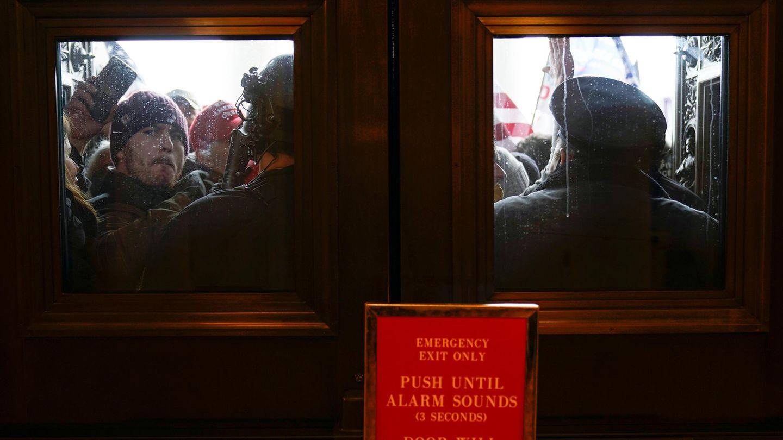 Die US-Kapitol-Polizei versucht, Demonstranten vor den östlichen Türen zur Hausseite des US-Kapitols zurückzuhalten– vergebens