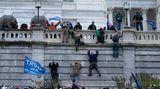 Trump-Fans lassen sich nicht einmal von Mauer aufhalten und klettern auf die Westwand des US-Kapitols