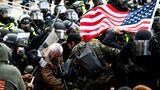 Trump-Fans kämpfen auf ihrem Weg zum Kapitolgebäude gegen Sicherheitskraft