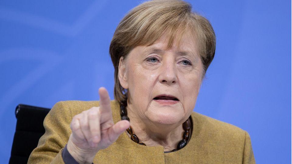 Angela Merkel spricht mit erhobenem Zeigefinger