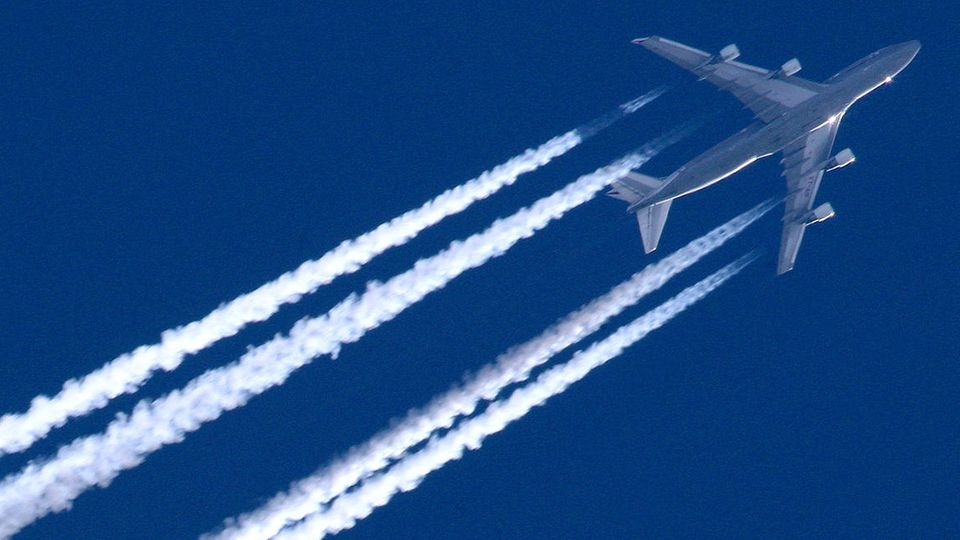 Klare Sicht und blauer Himmel: ein Langstreckenjet überfliegt in großer Höhe Brandenburg.