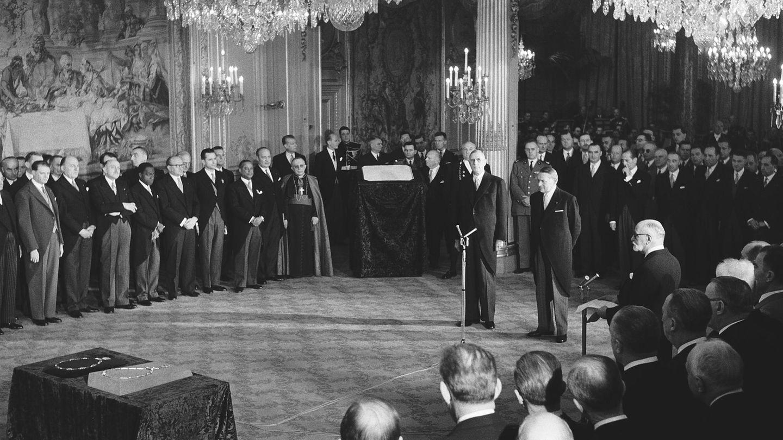 """8. Januar 1959:Charles de Gaulle wird erster Präsident der Fünften Französischen Republik  Nachdem er am 21. Dezember in indirekter Wahl mit 78 Prozentder Stimmen zumPräsidenten der Französischen Republikgewählt wurde, übernimmtCharles de Gaulle im Élysée-Palast offiziell das Amt. Somit wirdderGeneral und Politiker nicht nur zumletzten Ministerpräsidenten der Vierten Französischen Republik, sondern auch zum erstenPräsident der Fünften Republik.1958 erließ ereine neue Verfassung, die dem Präsidenten große Macht einräumt und begründete damit einen neuen Staat. Bis1969 blieb er im Amt.  De Gaulle war einer bedeutendsten französischen Politiker des 20. Jahrhunderts. Er gründete nach der Niederlage Frankreichs gegen das nationalsozialistische Deutschland 1940 in seinem Londoner Exil das Komitee """"Freies Frankreich""""und wurde zu einer wichtigen Figurder Résistance gegen die deutsche Besatzung."""