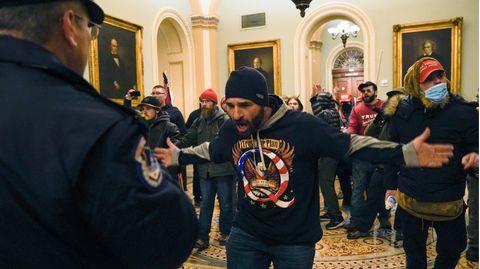 Ein Anhänger der rechten QAnon-Verschwörungsideologien im Kapitol in Washington