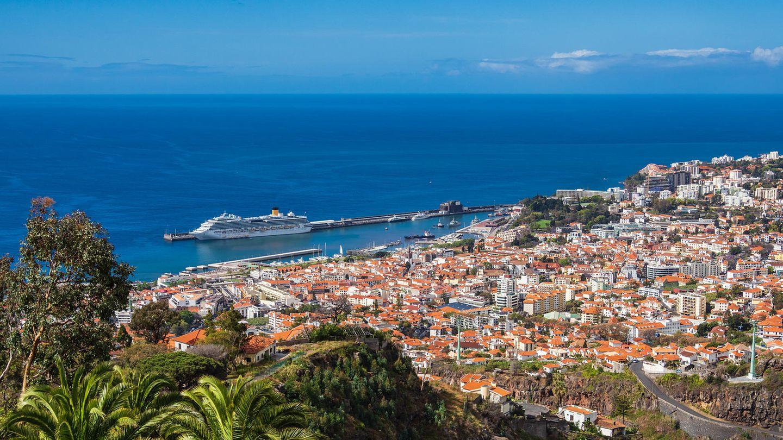 EinKreuzfahrtschiff liegt im Hafen von Funchal der portugiesischen Insel Madeira