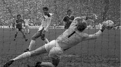 26. April 1986  Der Ex-Gladbacher Lothar Matthäus eröffnetmit dem 1:0 den Torreigen der Bayern. Am Ende geht die Borussia mit 0:6 unter und die Bayern feiern den Titel.Der Trainer der Gladbacher heißt jetzt übrigens Jupp Heynckes, aber er kann die Mannschaft nicht zurück zu alter Größeführen.