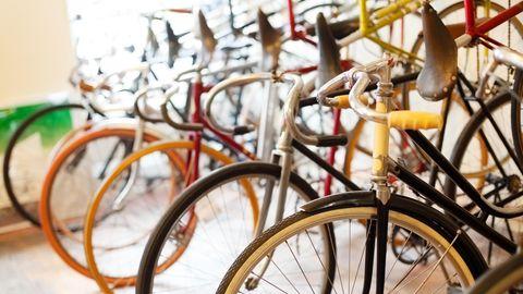Vintage-Rennräder: Retro-Bikes stehen in einem Ladengeschäft