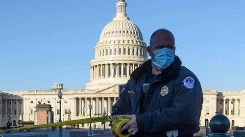 Ein Mitglied der Kapitolpolizei sperrt den Zugang zum Parlamentsgebäude in Washington ab