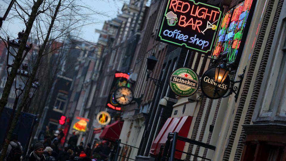 Niederlande, Amsterdam: ein CoffeeshopimRotlichtviertel der Stadt