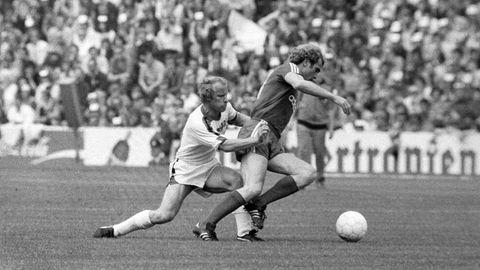21. Mai 1977  Berti Vogts stellt Gegenspieler Uli Hoeneß. Mit diesem Spiel, das 2:2 ausgeht, endetdie legendäre Rivalität derKlubs, weil Borussia Mönchengladbachfür lange Zeit im Mittelmaß verschwindet. Diesmal aber triumphiertdie Fohlen-Elf noch einmal und feiertunter dem Ex-Trainer der Bayern, Udo Lattek, die fünfte Meisterschaft in den vergangenen neun Jahren und die dritte in Folge. Es istdas letzte Spiel von Franz Beckenbauer für die Bayern. Ihn ziehtes nach New York zu Cosmos.