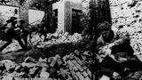 """10. Januar: In Stalingrad beginnt dieOperation Kolzo  Operation Kolzo, zu Deutsch Operation Ring, war die letzte Großoffensive der Roten Armee gegen die Reste der in Stalingrad eingeschlossenen deutschen 6. Armee.Ziel war es, den Kessel von Stalingrad zu zerschmettern. Zum einen wurde dazu der Ring um die eingeschlossenen Wehrmachtsverbändeenger gezogen, zum anderen rückte die unmittelbare Front weiter nach Westen, was die 6. Armee noch weiter von den eigenen Truppen abschnitt. Die Fotoaufnahme zeigt Soldaten der Roten Armee bei den erbitterten Kämpfen um jedes Haus und jede Ruine der Stadt.  Schon am31. Januar drangenTruppen der Roten Armee in das Kaufhaus """"Univermag""""ein, in dessen Keller sich das Hauptquartier der deutschen Truppenbefand. Oberbefehlshaber FriedrichPaulus geriet in die Gefangenschaft, was bei Hitler Tobanfälle auslöste.  Ihr definitives Ende fand dieOperation Kolzo aber erstam 2. Februar 1943, als die letzten deutschen Divisionen kapitulierten."""