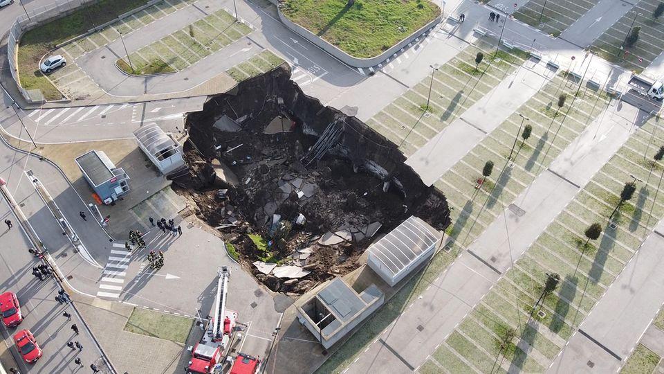 Auf dem Parkplatz entstand ein rund 2000 Quadratmeter großes und 20 Meter tiefes Loch, in das mehrere Fahrzeuge stürzten.